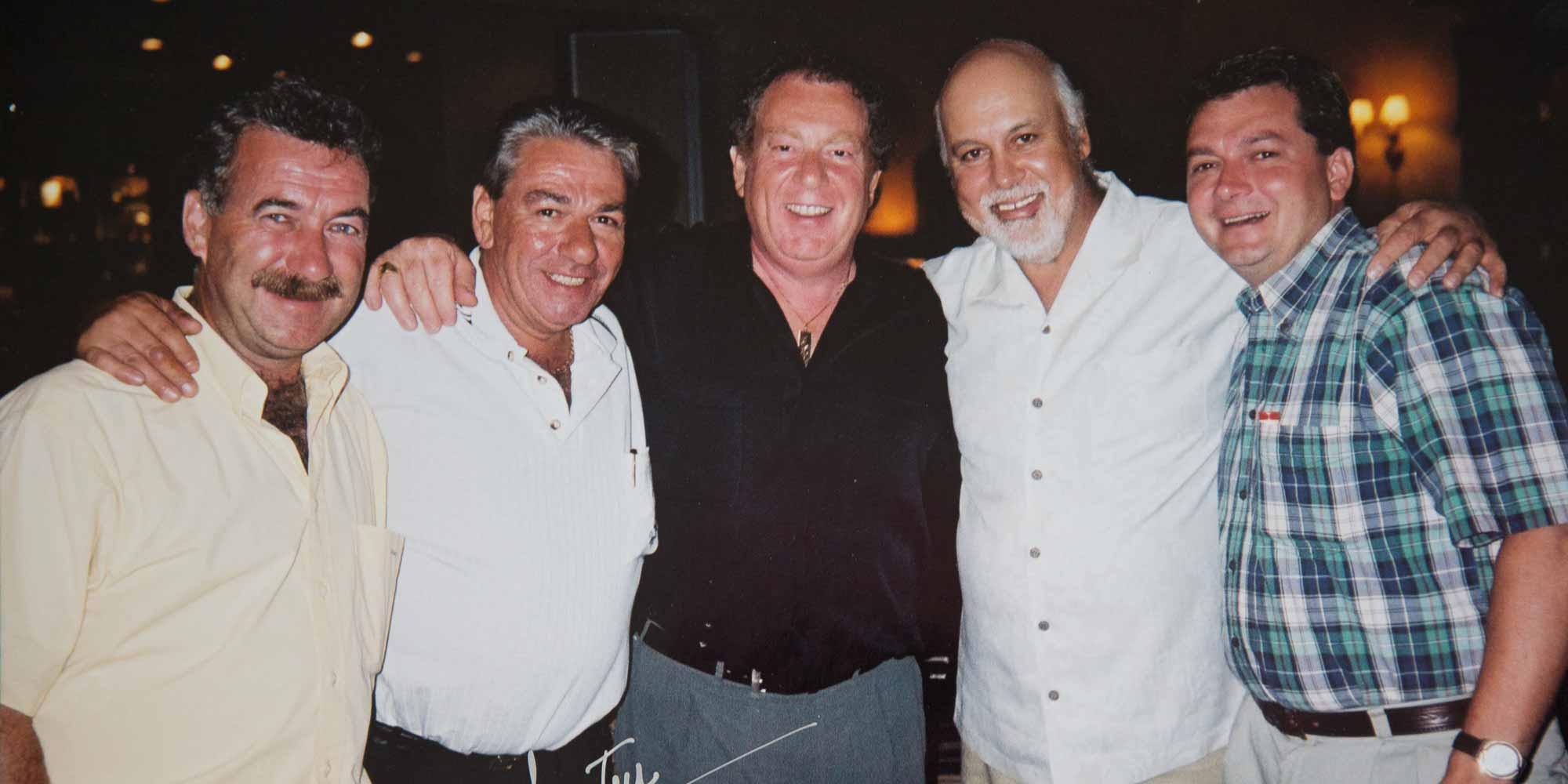 Photo d'archive prise au club de golf Le Mirage, en août 2001. Entourant René Angelil, on reconnaît: Michel Lagacé, Jimmy Lazaris, Paul Sara et Richard Dugal. J'avais eu la chance de participer au tournoi de golf des restaurants Nickel's.