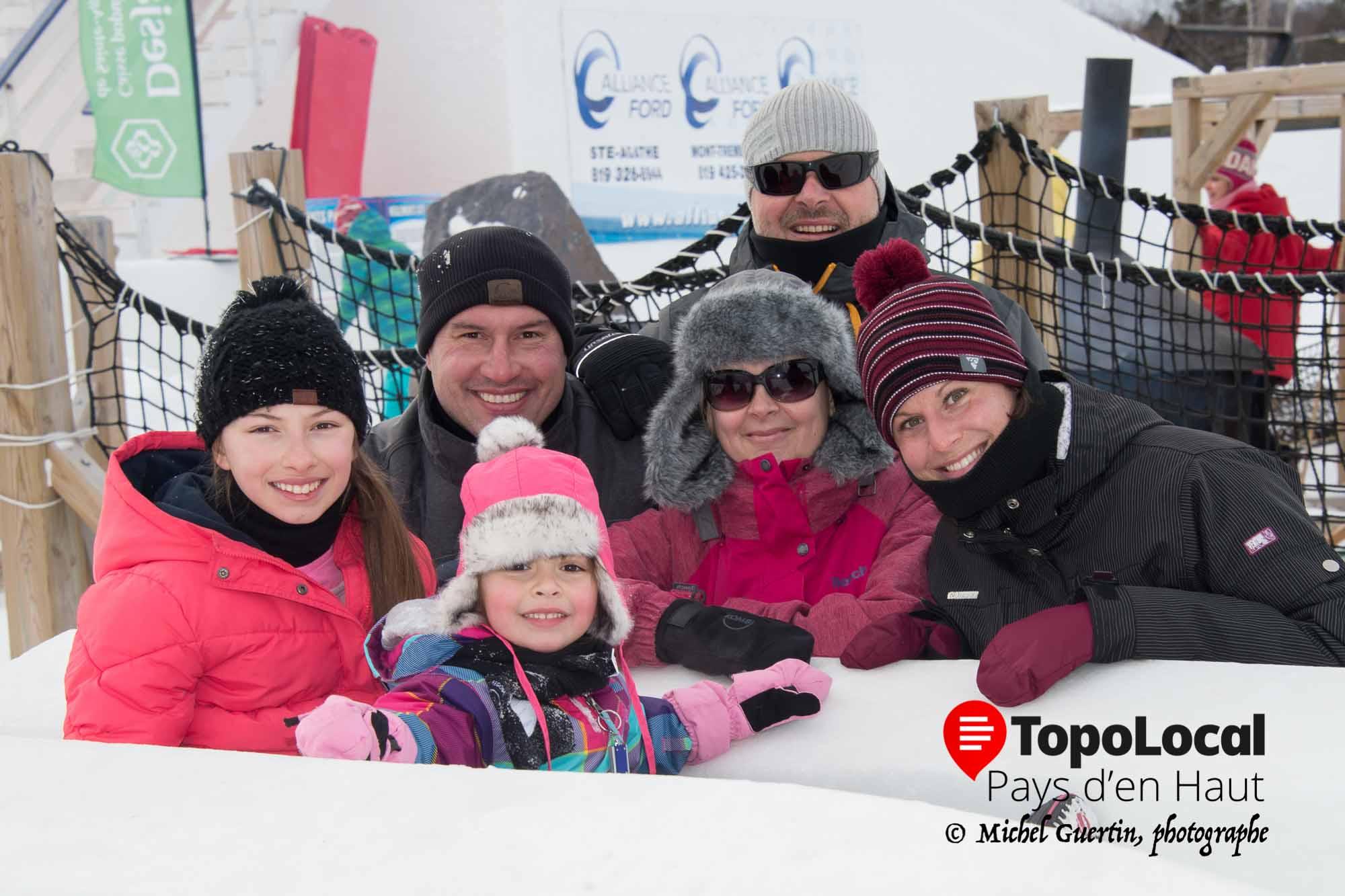 Le sourire de cette famille en dit long sur le plaisir que les gens ont à participer aux nombreuses activités de Festi-Neige.