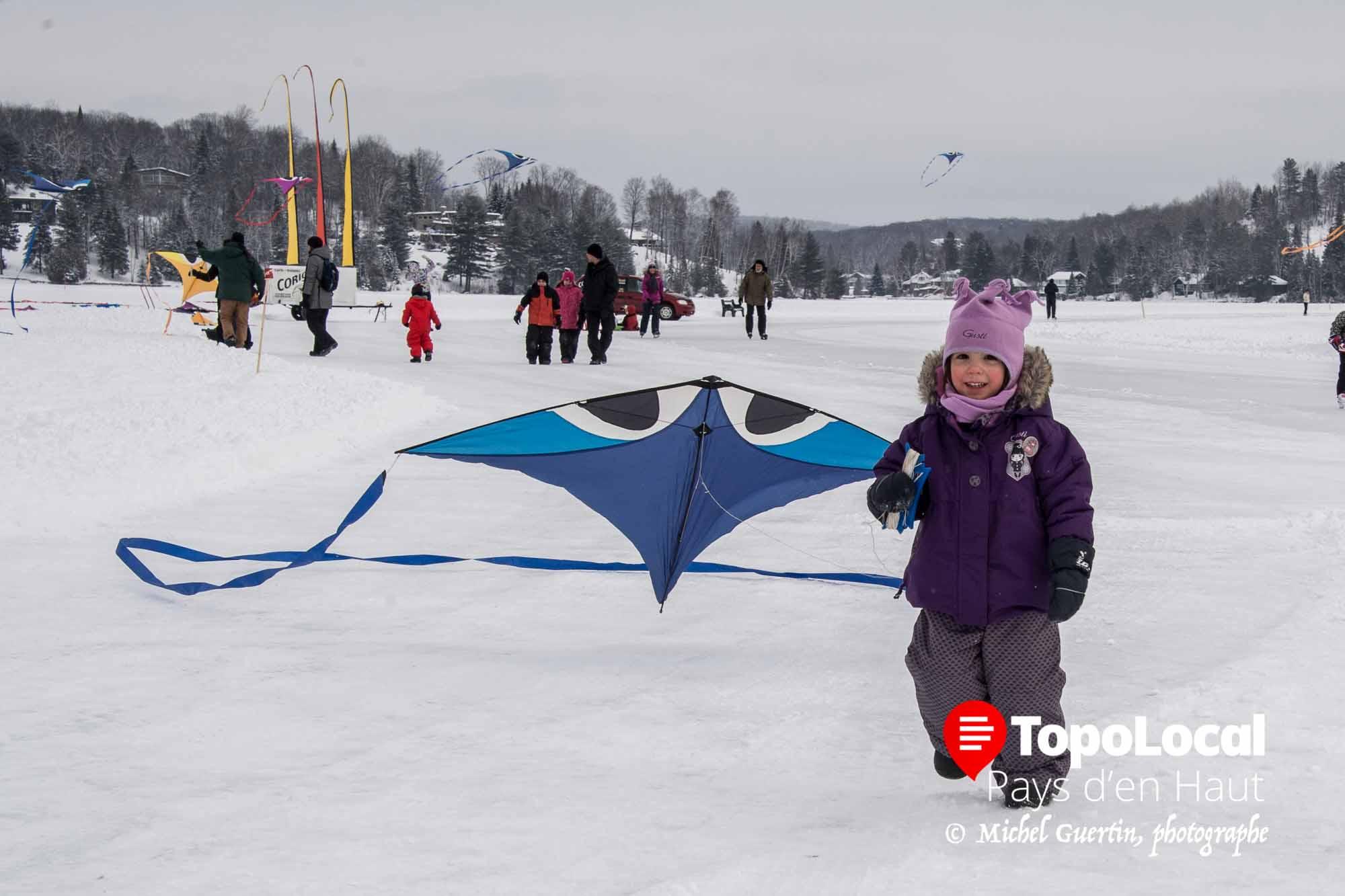 La jeune Romy Poirier de Val-David n'avait pas besoin de vent pour son cerf-volant sur le Lac Masson à Sainte-Marguerite. Il n'avait tout simplement qu'à suivre pour qu'elle affiche ce beau sourire.g