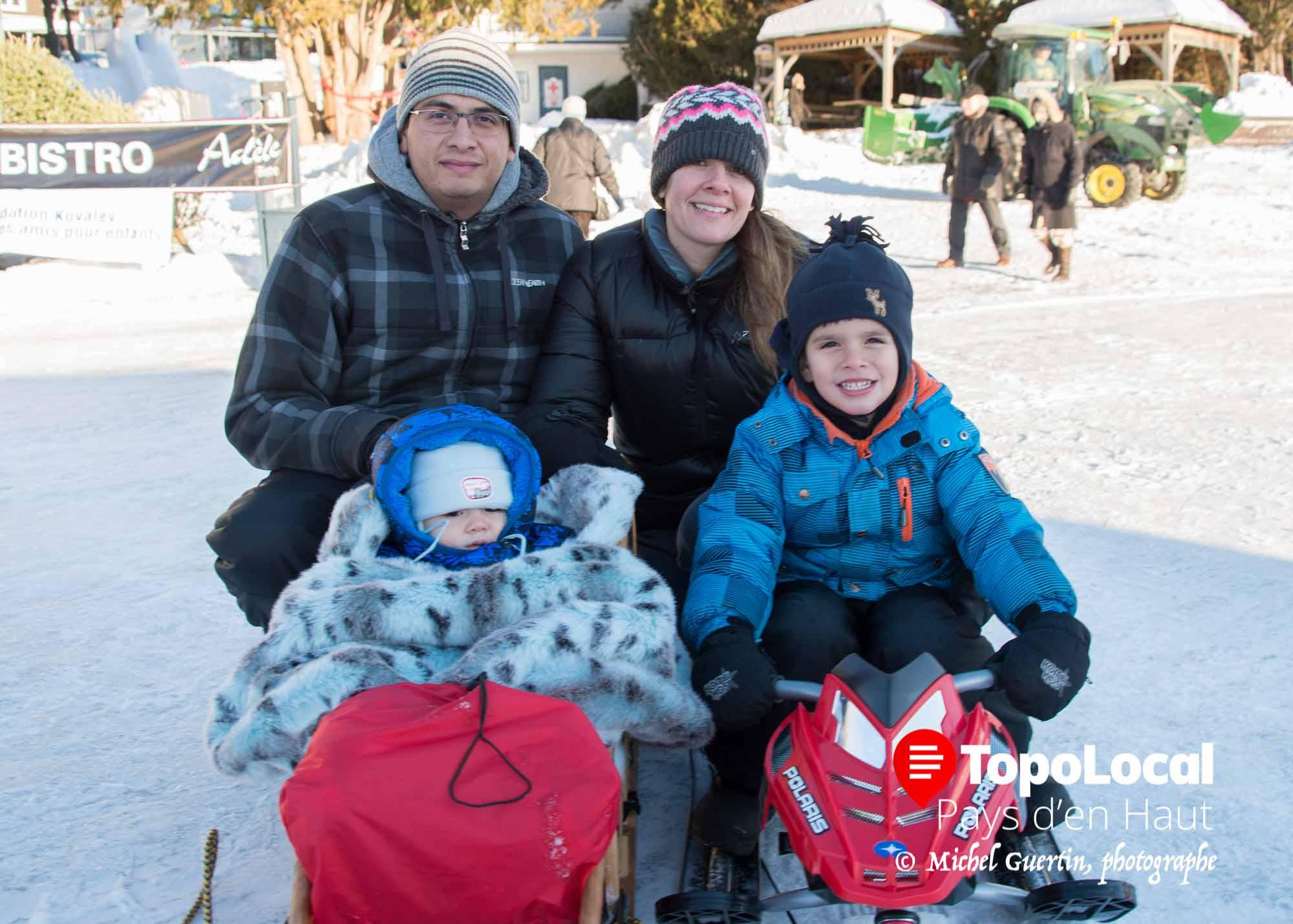 Bien habillés Corinne Duquette et son conjoint Roberto Rodriguez ont pris une marche de santé sur le Lac Rond de Sainte-Adèle en comapgnie de leurs enfants David et Léo