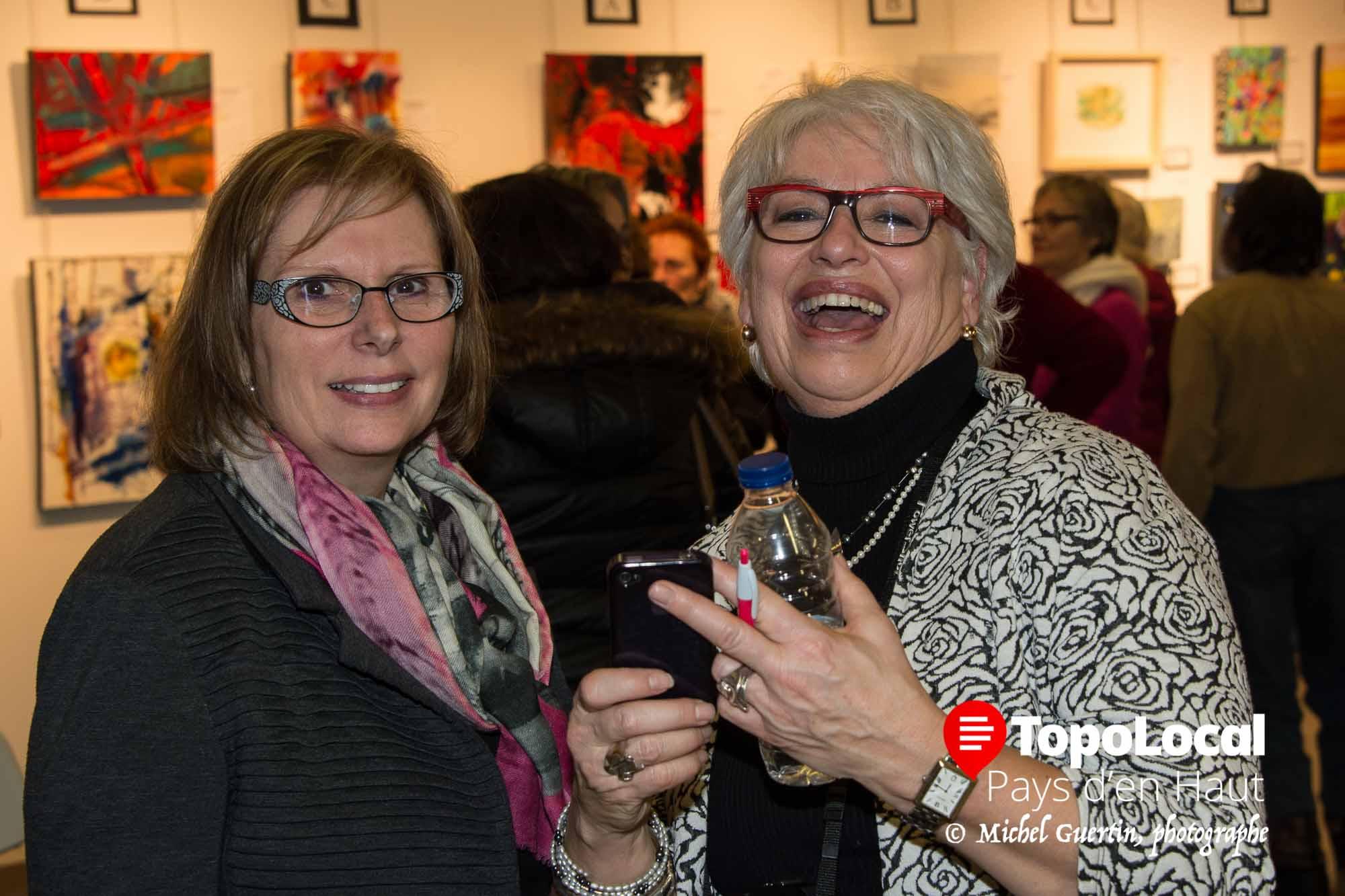 Françoise Major et Johanne Martel s'amusaient ferme en regardant les photos des petits enfants de Johanne sur le télépphone de celle-ci. Il y a l'art et il y a aussi ces chers petits enfants.