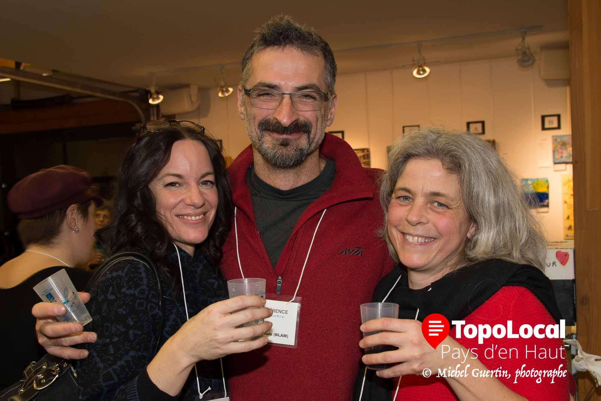 Les trois artiste-peintre Caroline Archambault, Michel Blais et Lise Bolduc étaient fier de discuter d'art tout en prenant un verre de vin.