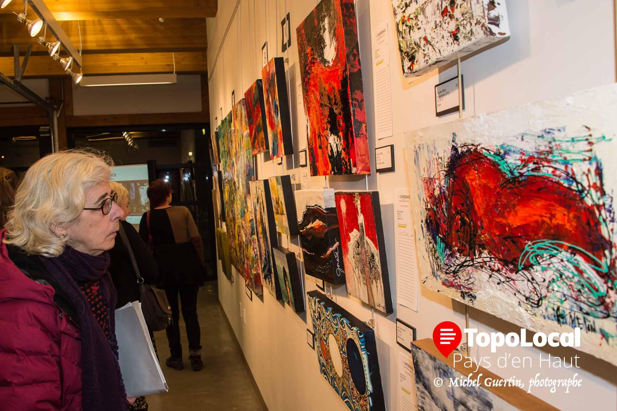 Plus de 89 oeuvres sont présentement exposées à La Place des Citoyens au grand plaisir de cette amateure d'art.