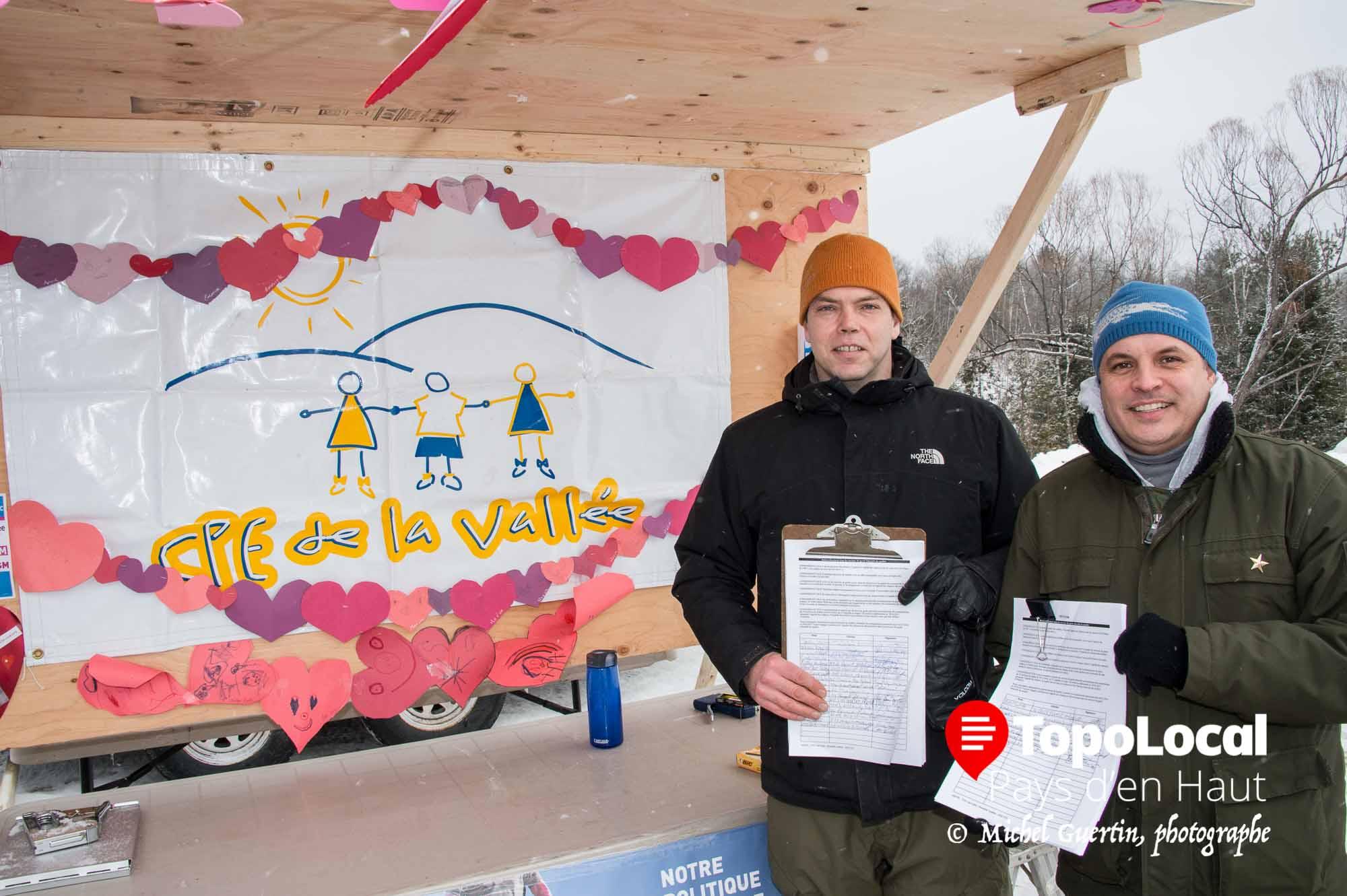Le CPE de la Vallée était sur place et Alexandre Beaulne-Monette et Frédéric Deschênes demandaient aux gens présent de signer une pétition contre les coupures dans les CPE afin de remettre celle-ci au gouvernement provincial.