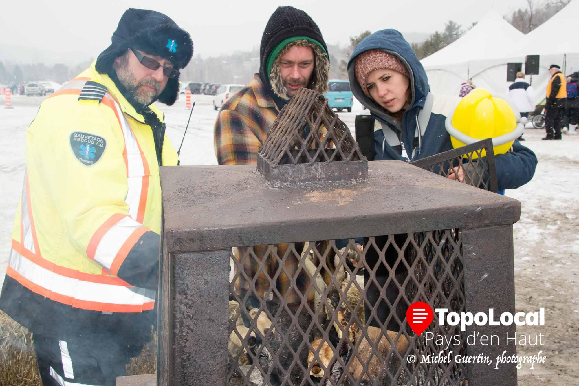 Les gens sur place ont eu aussi la chance de faire cuire eux-même le pain du campeuur appelé par les Inuits le banique.