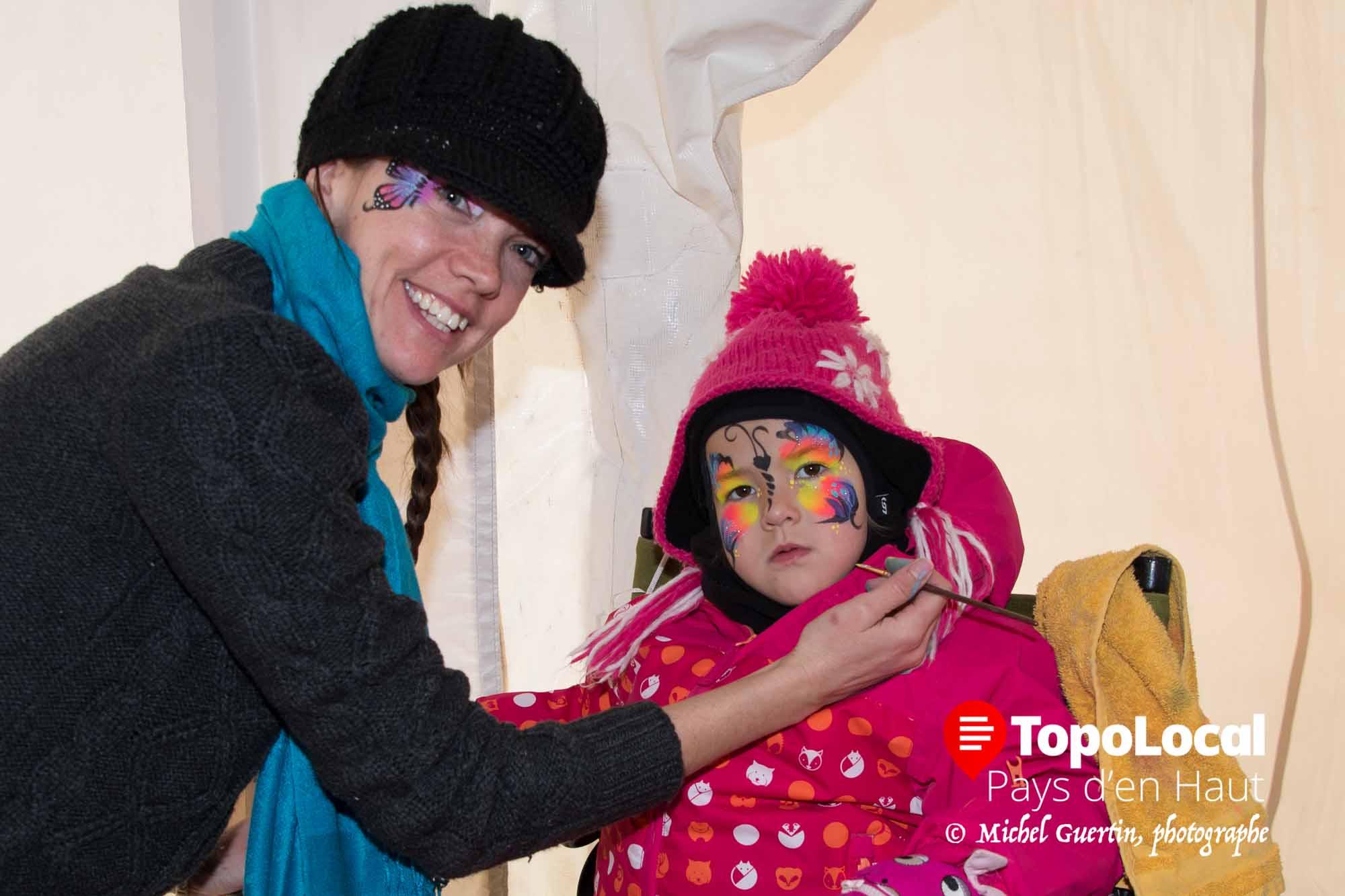À l'intérieur de la tente chauffée, la maquilleuse Bianca terminait le beau maquillage de la jeune Aurélie Labelle.