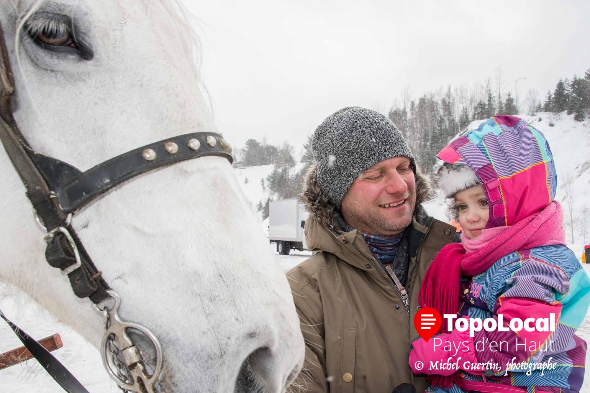 La jeune Justine accompagnée de son papa Stéphane Brosseau en a profité pour voir de près le cheval qui faisait des tours de sleigh aux gens. Justine et son papa sont des villégiateurs originaires de Candiac sur la rive-sud.