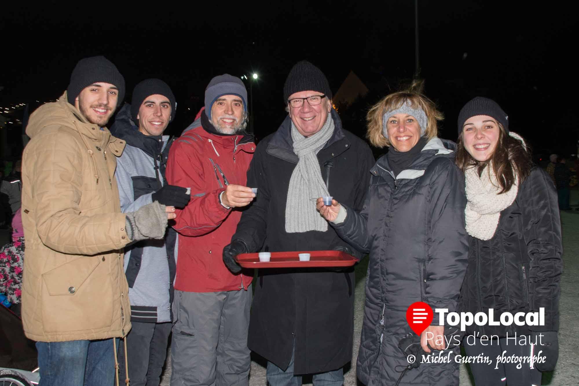 Après le feu d'artifice, c'était le moment du « caribou du maire » . Sur la photo, le maire Jacques Gariépy vient de distribuer ce petit boire à Félix-Antoine, Marc-Olivier et Jean Beaulieu, ainsi qu'à Martine Samson et Ève Marois