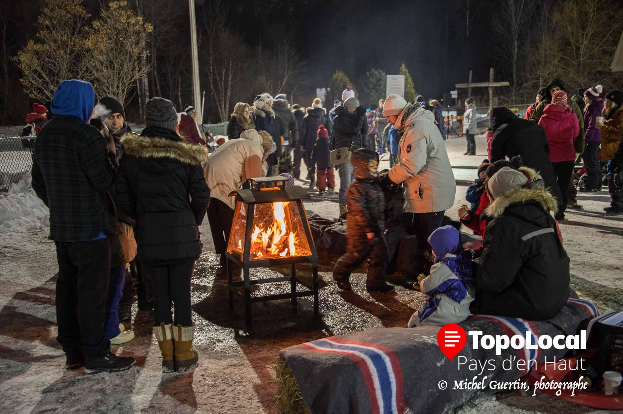 En attendant le feu d'artifice, les gens avaient la chance de se réchauffeur autour d'un beau feu de bois.