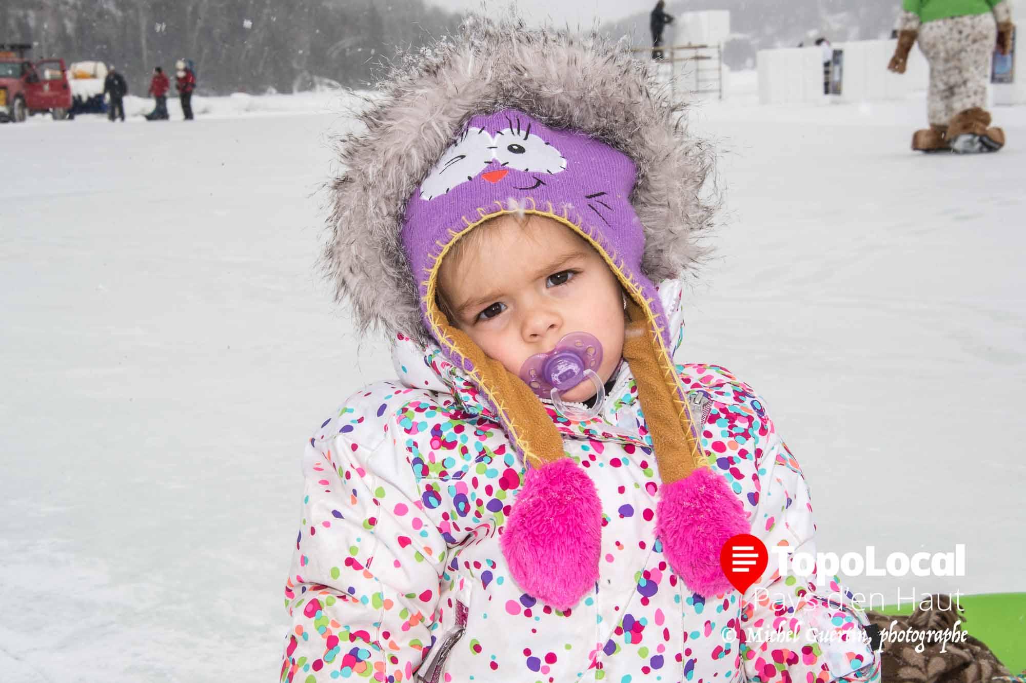 La jeune Aurélie Thétrault semble vouloir plus aller faire une petite sieste que de se promener en famille sur le Lac Masson.