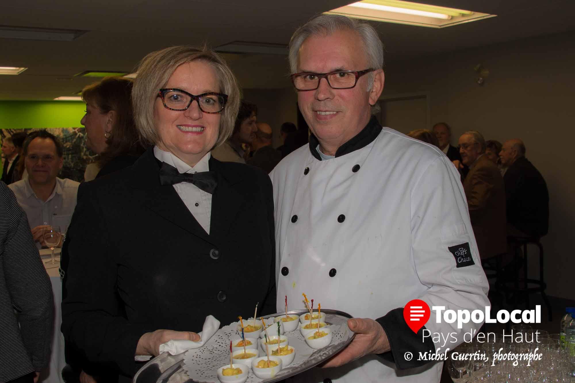 LOrs de l'ouverture officielle de la Caisse Desjardins de Saint-Sauveur, c'est l'équipe des Fins Gourmets du Nord qui faisait office de traiteur. Sur la photo on reconnaît les deux co-propriétaires Élaine Harel et André Buthier.