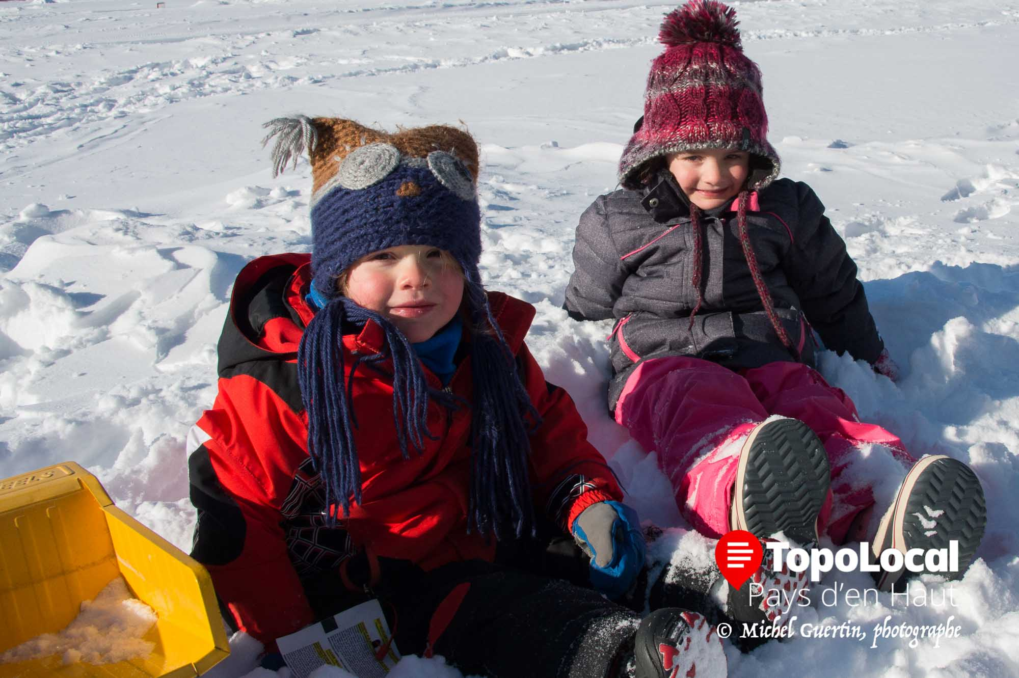 Pendant que leurs parents prenaient part à la curse, ces deux jeunes mousses se sont amusé dans la neige sans souffrir du froid sous la surveillance des grands parents.