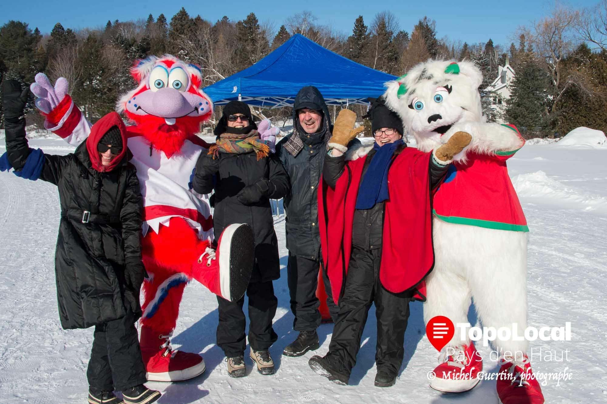 Les bénévoles aidés des des mascottes se sont amusé comme des fous tout en encourageant les coureurs.