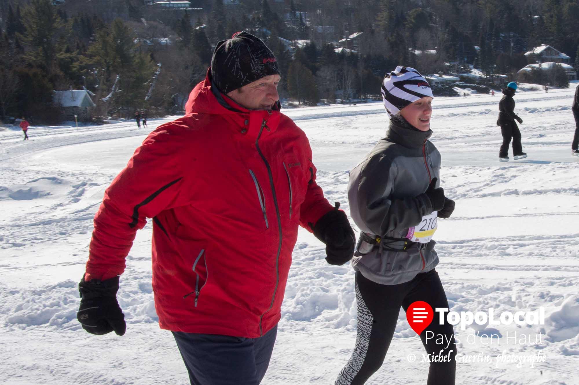 Certains parents comme ici le père de Virginie Lafrenière faisaient quelques mètres à chaque tout avec leur coureurs afin de les encourager.