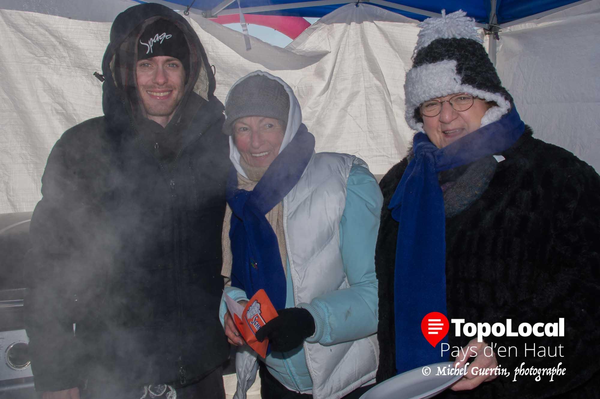 Gabriel DiPatria chef au Spago accompagné de Cécile Rioux et Diane Godin ont servi des hot dog « spécial saucisse italienne » aux coureurs et bénévoles.