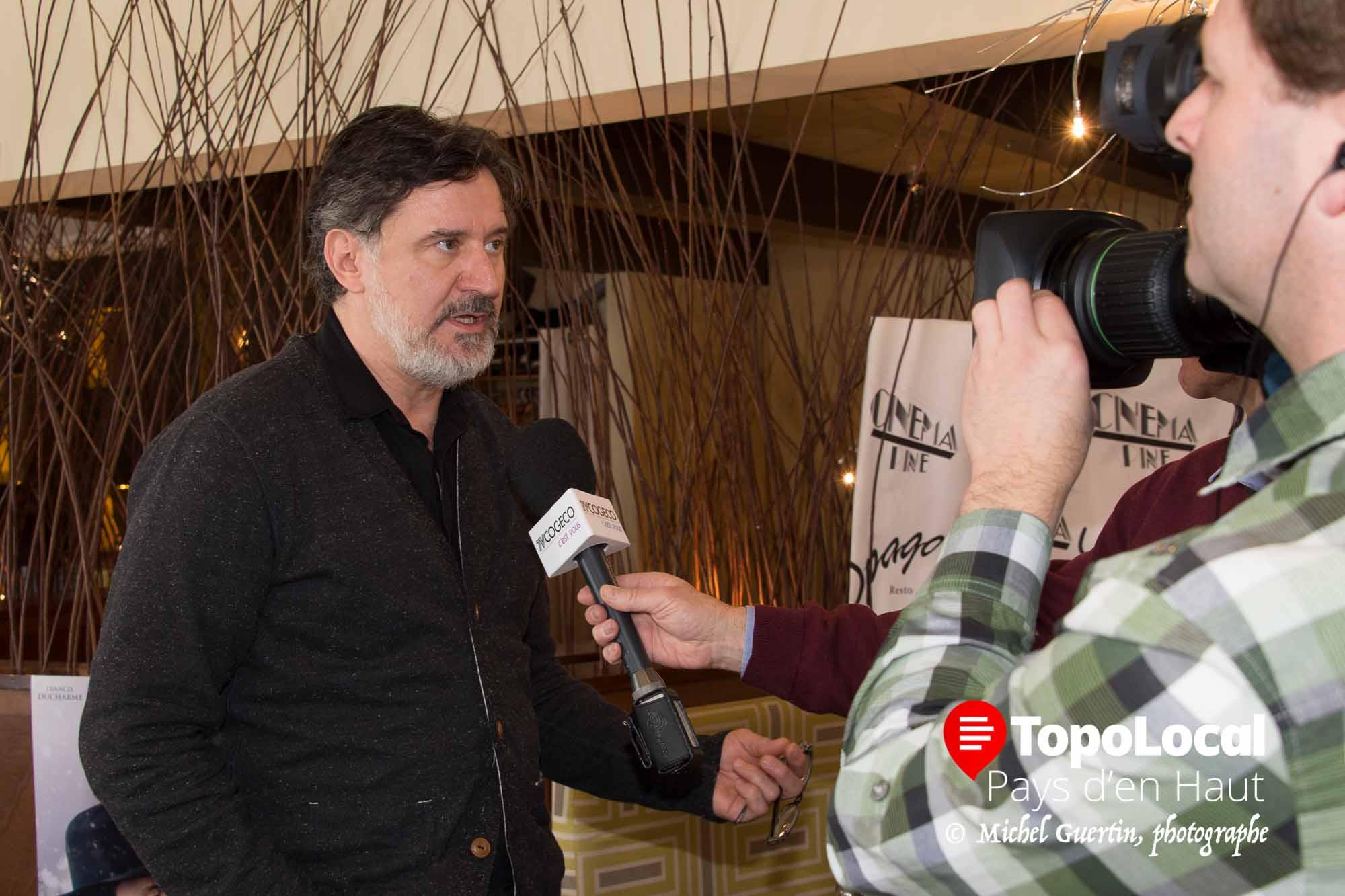 François Papineau donne une entrevue à TV Cogeco.