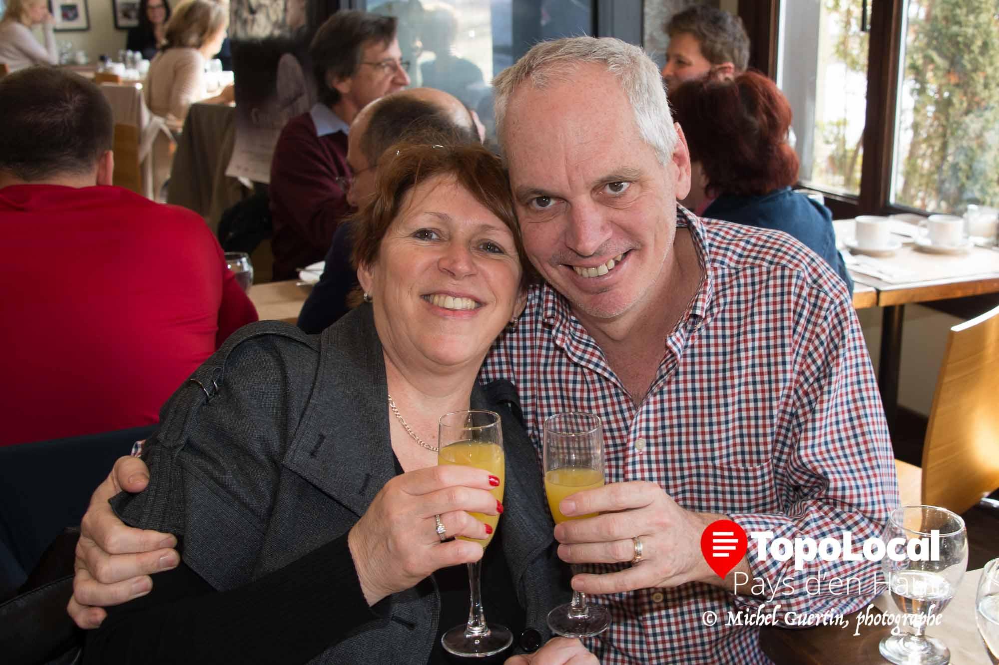 Sylvie Florent et Réjean Bédard en ont profité lors du brunch au Spago pour trinquer à leur prochain voyage de golf.