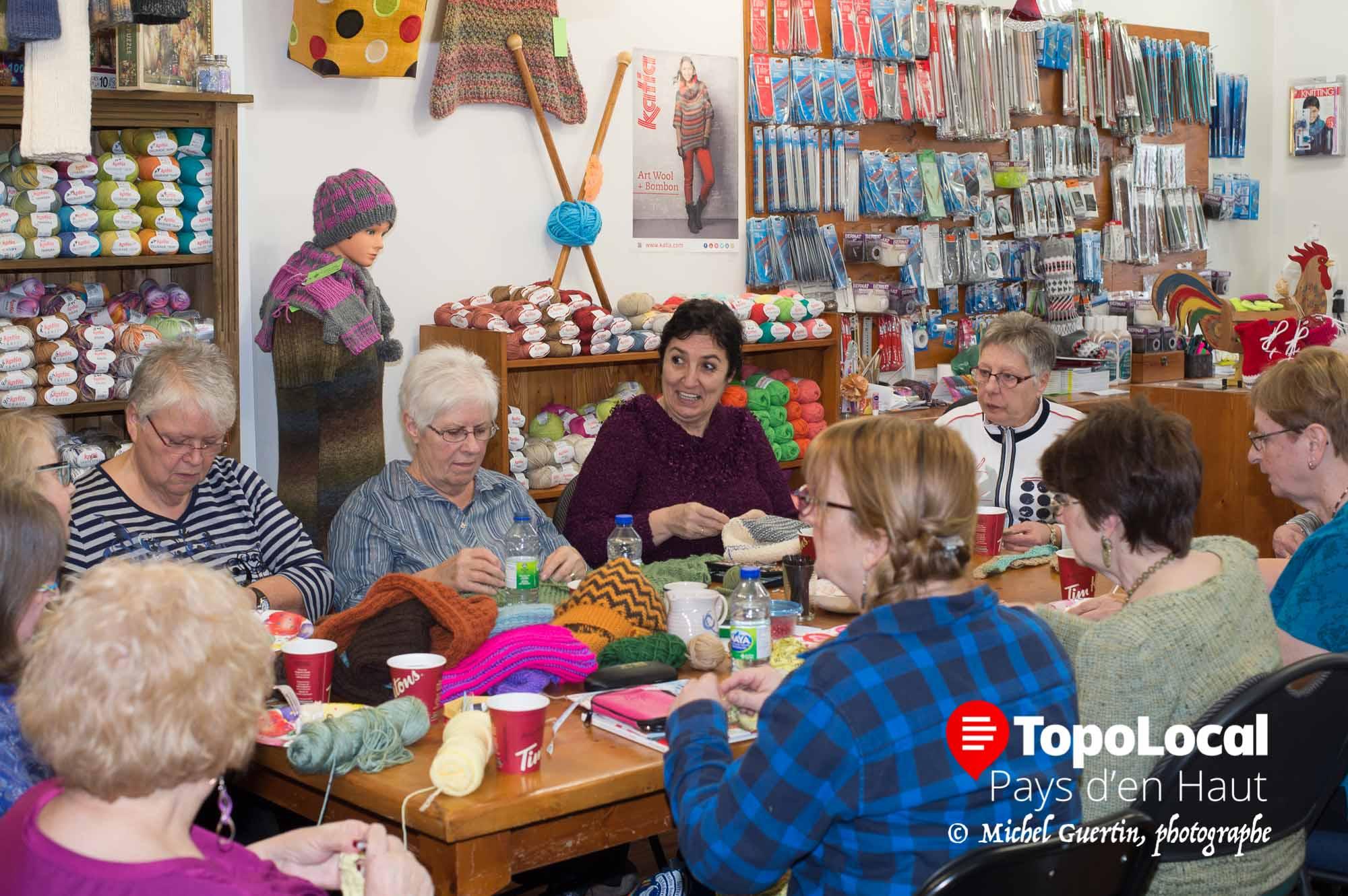 Une ambiance joyeuse permet à ces dames d'échanger sur plusieurs sujets.