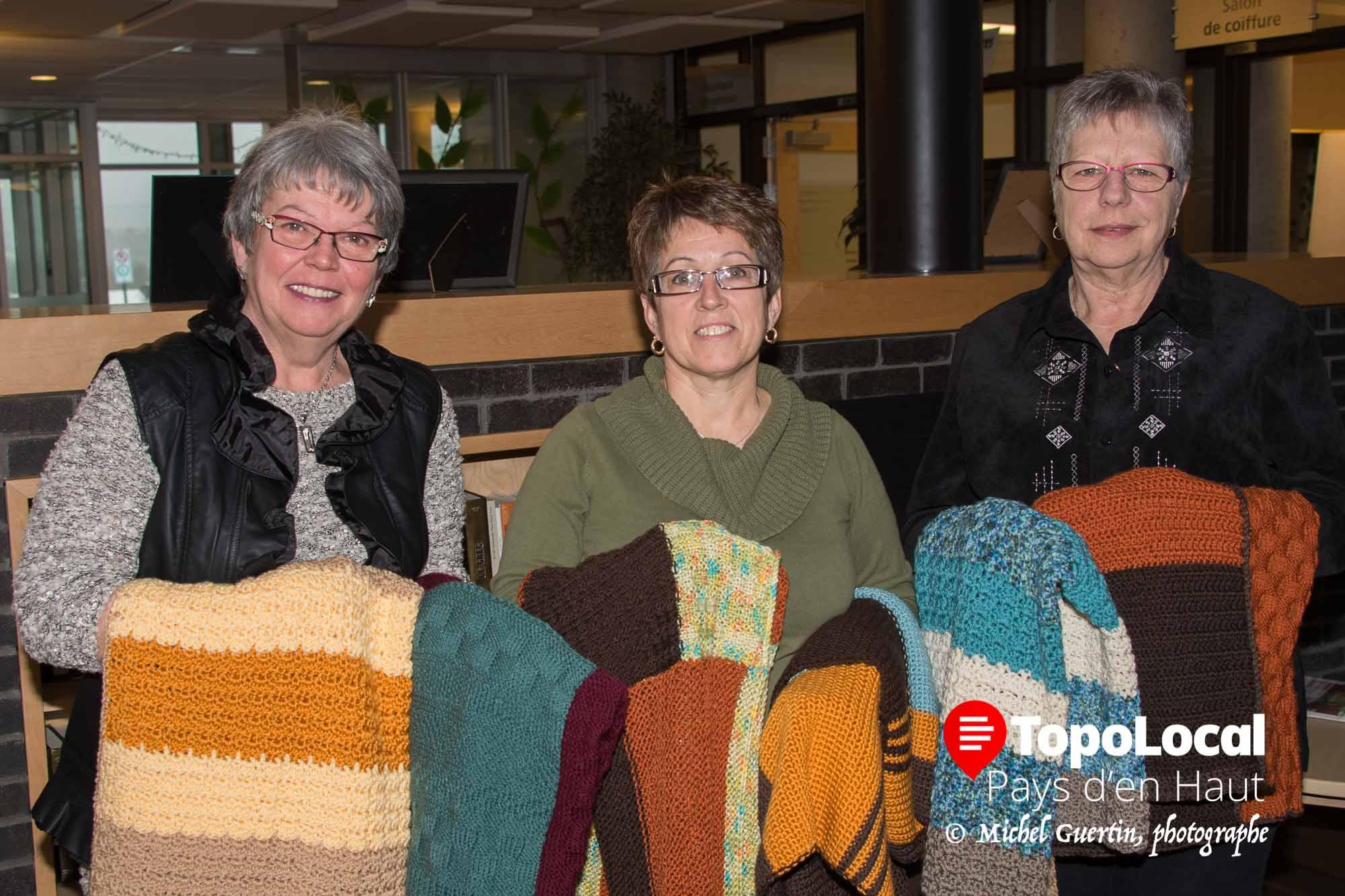 C'est avec enthousiasme que Nicole Bergeron, responsable des loisirs au CHSLD des Sommets a accepté les 25 couvertes tricoteés remises par les deux propriétaires de La juste laine au juste prix, Claudette Paquette et Ghislaine Malo.