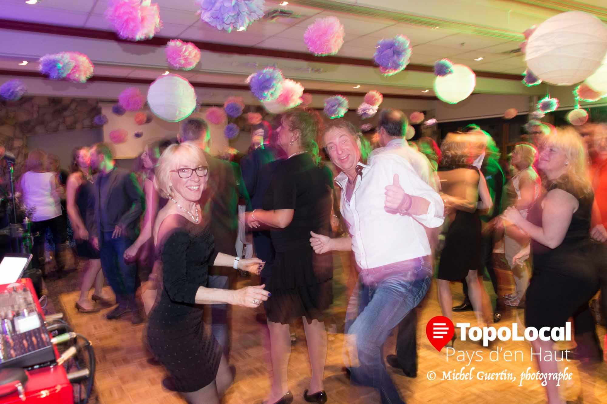 Aussitôt le repas terminé, les gens ont envahi le plancher de danse jusqu'à assez tard dans la veillée.