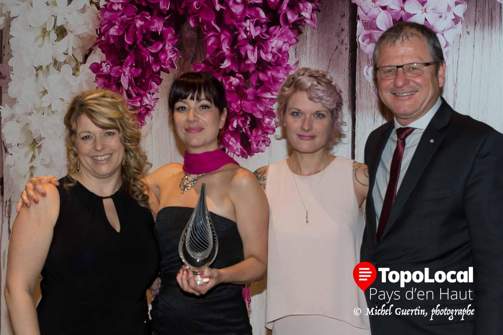 Janis Fortin de RÀS Coiffeur a reçu son prix des mains de Christine Thibault, Karine Poirier et Pierre Durocher.