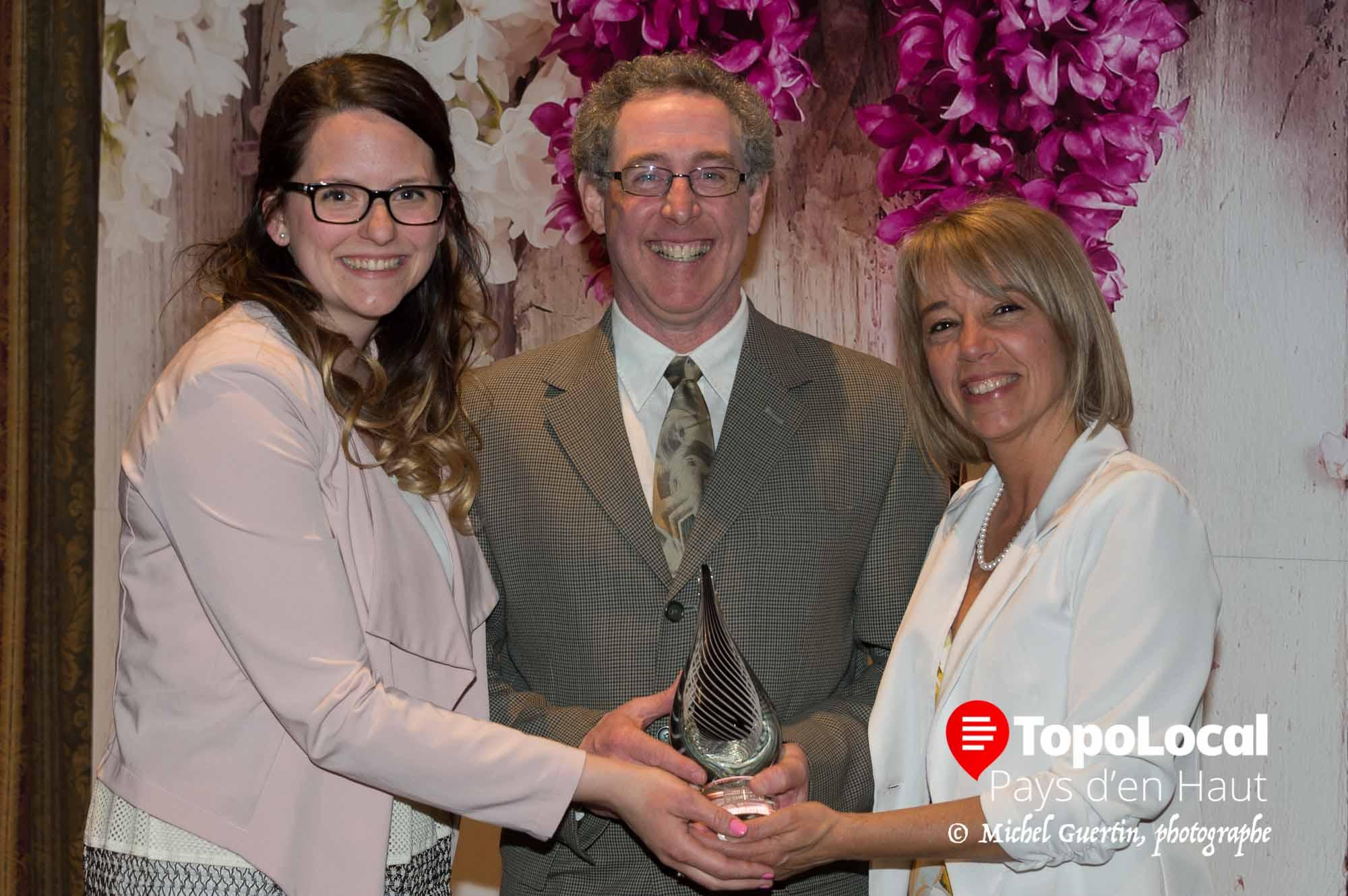 Dans la catégorie Entreprise de service de plus de 6 employés, c'est Gym-Spa Bien dans sa peau qui a recu son prix des mains de Stéphanie Jasmin et de Nancy Stewart.