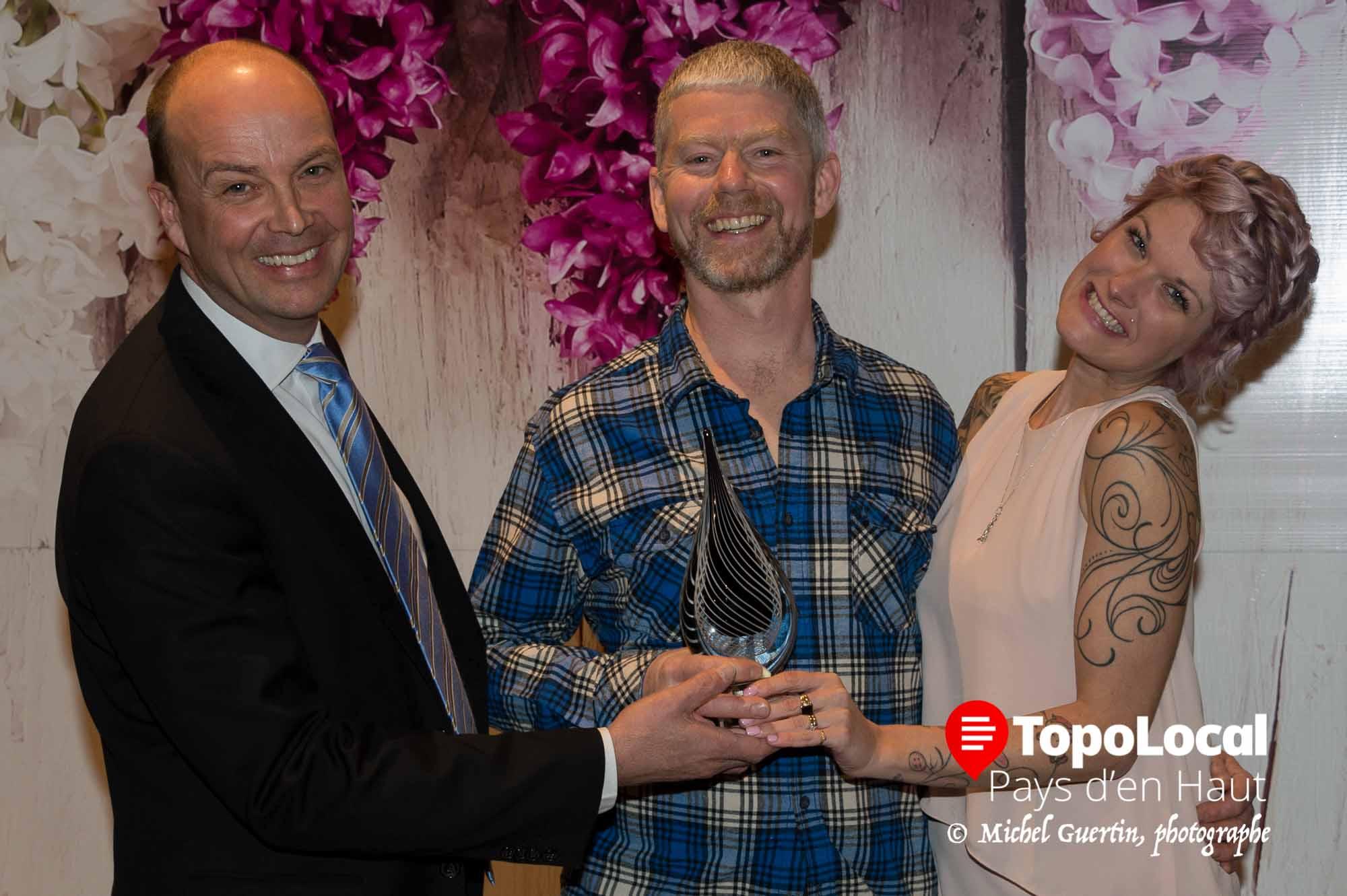 Dans la catégorie Commerce de détail, Luc Baril d'Espresso Sports recoit le trophée des mains de Luc marcoux et de Karine Poirier.