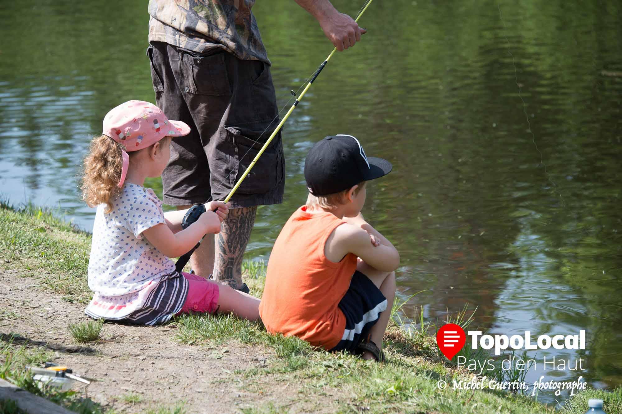 Pour plusieurs jeunes c'était normal d'attendre patiemment que la truite s'attaque à leur ligne. Ils en ont de la patience.