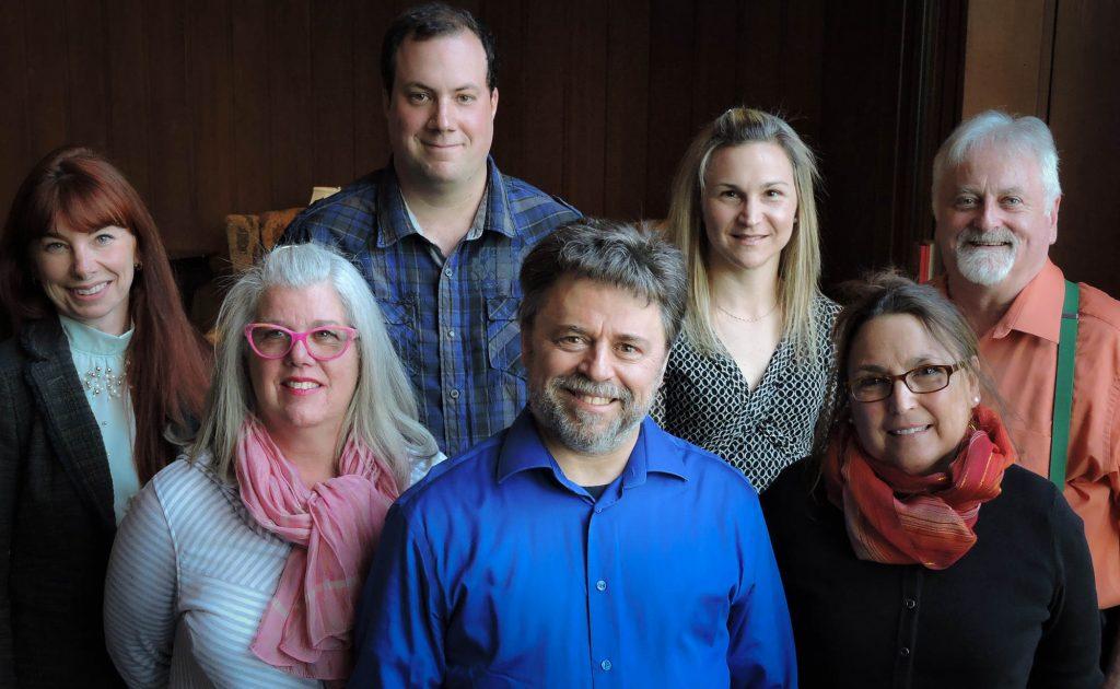 Les candidats de l'Équipe Luc Leblanc - Parti Sauverois entourés du chef du même nom: Chloé Daneau, Laurie Kerr, Jean-Pierre Cyr, Luc Leblanc, Geneviève Dubé, Marie-Andrée Cyr et Michel Kieffer.