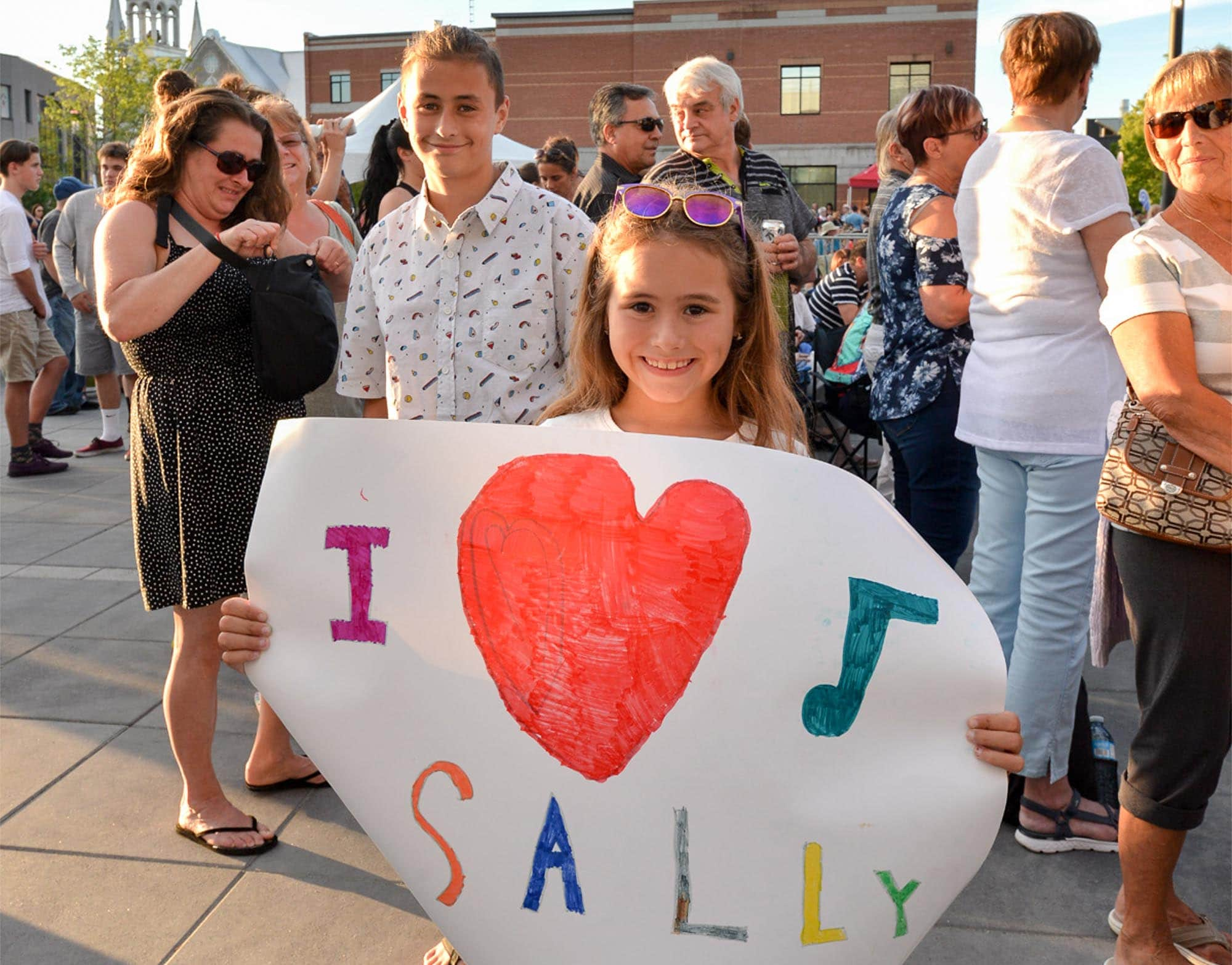 Cette admiratrice de Sally Folk avait un message clair pour la chanteuse. (Photo par André Bernier)
