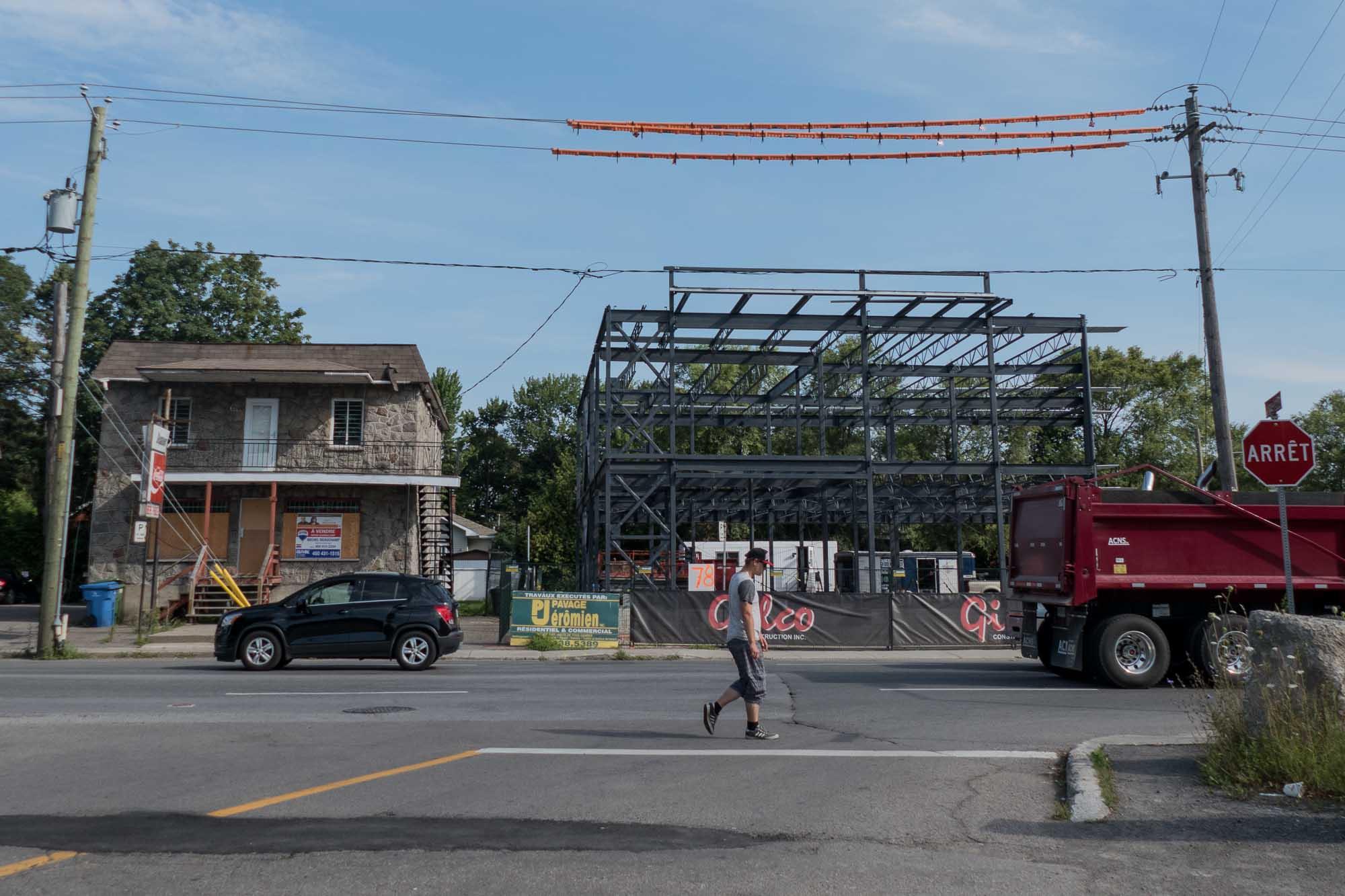À la mi-août, la structure de l'immeuble de deux étages était déjà bien installée.