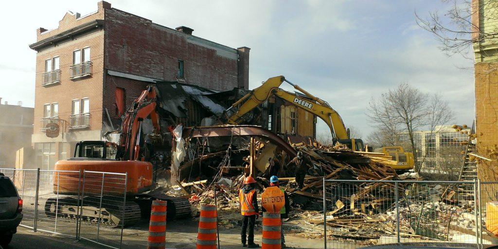 On démolit les édifices qui font le coin des rues Labelle et Castonguay, au centre-ville de Saint-Jérôme, le 26 novembre 2015. Photo par André Bernier