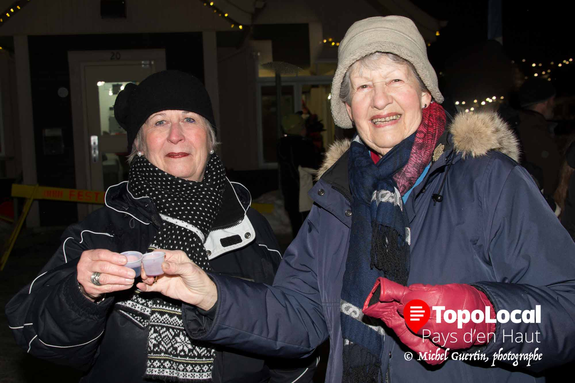 Ginette Gariépy et Andrée Bruyère en ont profité pour trinquer ensemble après le feu d'artifice cloturant la Bordée de Neige à Saint-Sauveur, et déguster le « Caribou du maire »