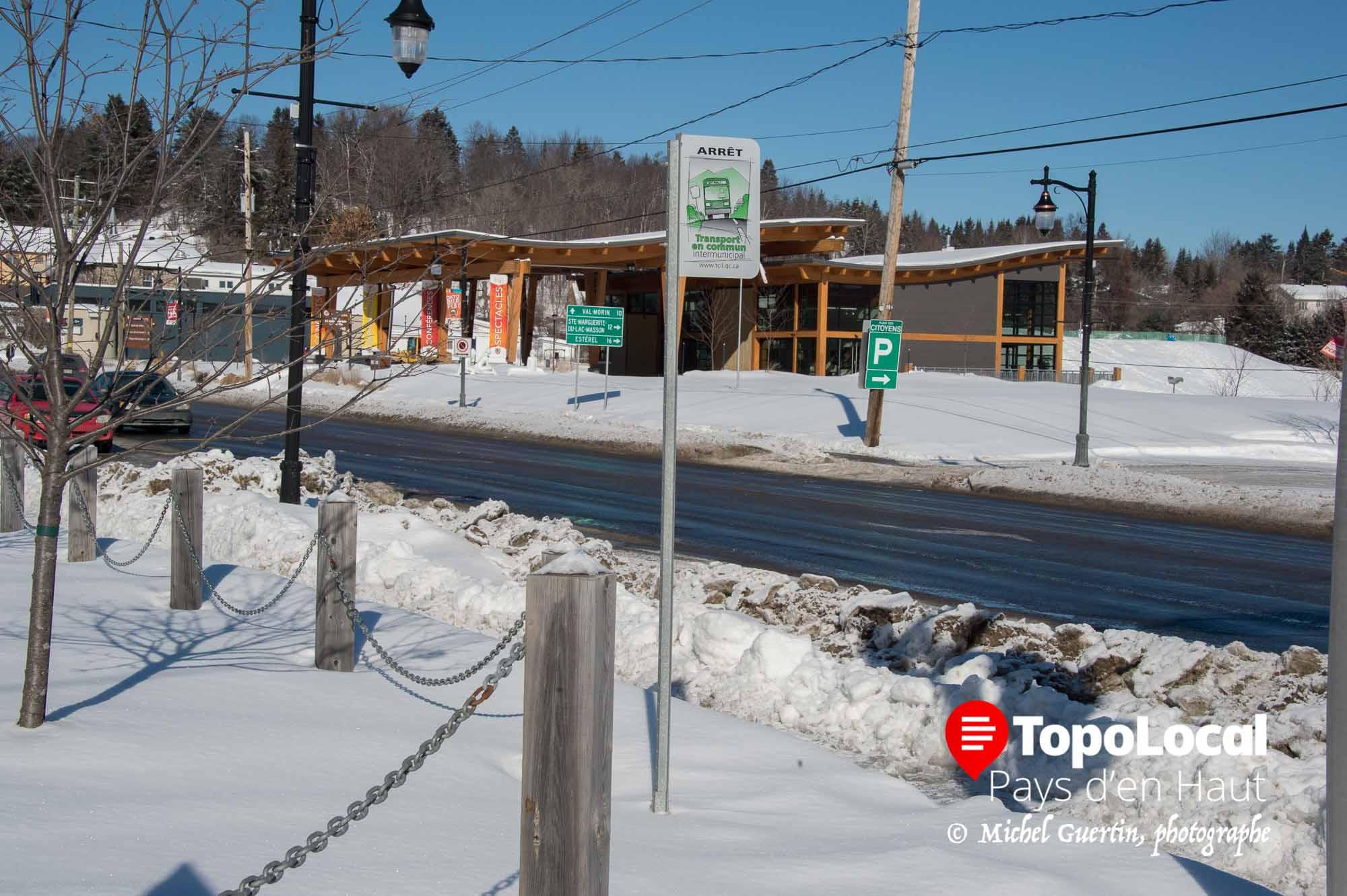 Elle n'y est plus. Le 24 janvier dernier nous vous montrions une bycyclette abandonnée dans la neige cadenassée après cet arrêt d'autobus. Eh bien moins d'un mois plus tard, il n'y a plus rein. est-ce que le propriétaire l'a récupéré ou bien la ville a décidé de l'enlever...Mystère.