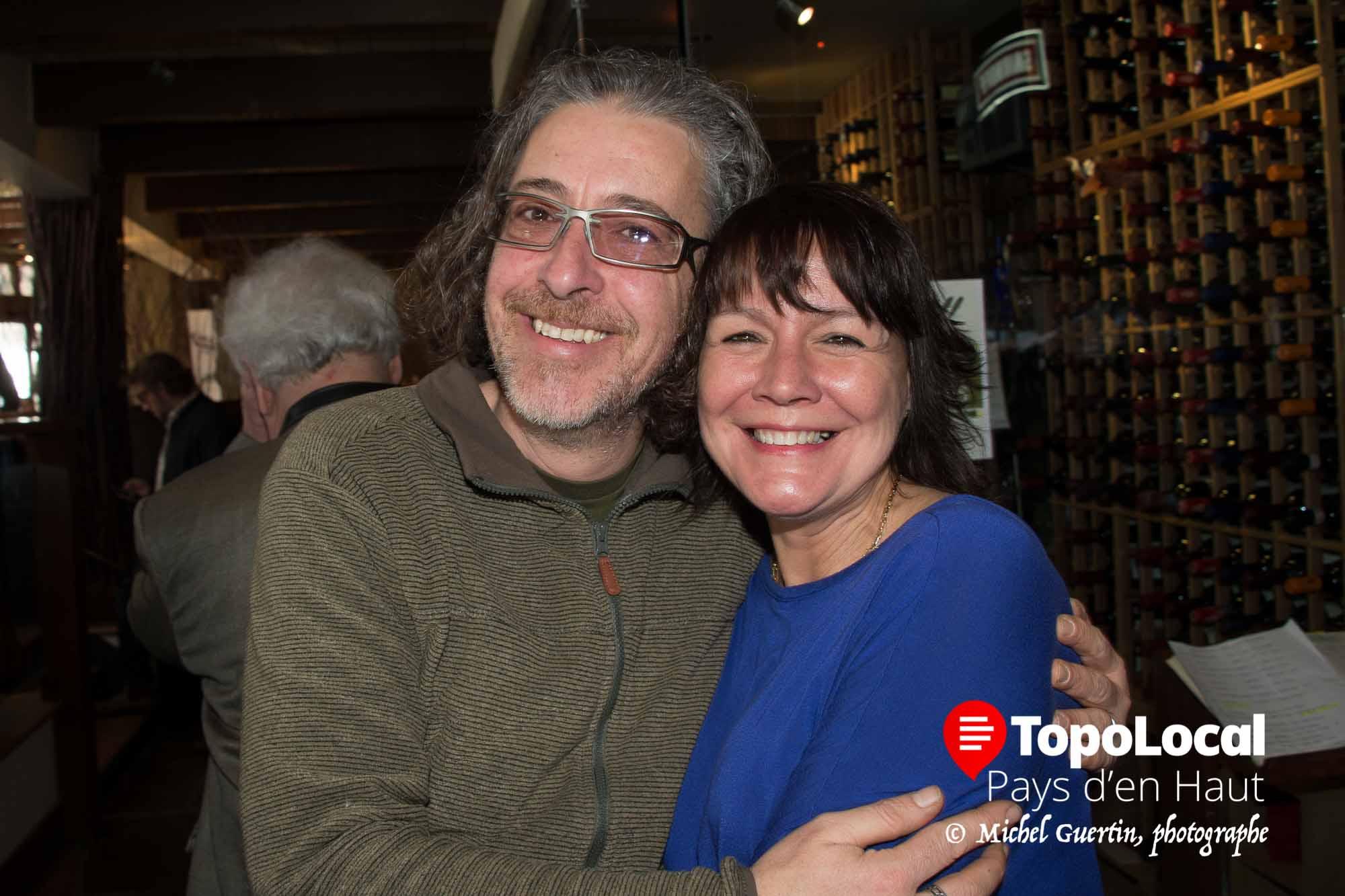 Martin Gingras, propriétaire du fleuriste Théatro Verde en a profité pour faire une accolade à sa voisine d'en face Angéla Klein, co-propriétaire du restaurant Spago, lors de la première du film Chasse galerie.
