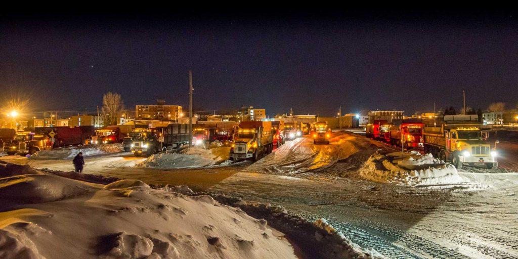 Souvenir du passé: Plusieurs camions réunis le soir du 2 mars 2016 dans le stationnement municipal à Saint-Jérôme avant une grande opération de ramassage de neige.