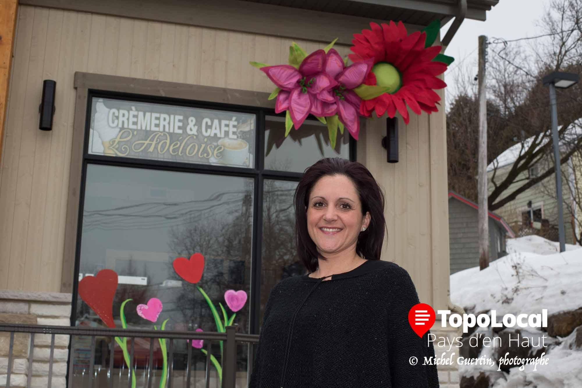 C'est une entrepreneure dans l'âme. Il s'agit de Catherine St-Jean, propriétaire de Gestion Design Décor, qui crée des décors permanents ou loués pour les commerces et les maisons. En plus, Catherine est en mesure de faires des aménagements paysagers. Sur la photo, on la voit devant les fleurs qu'elle a installé à la Crèmerie et Café L'Adéloise.