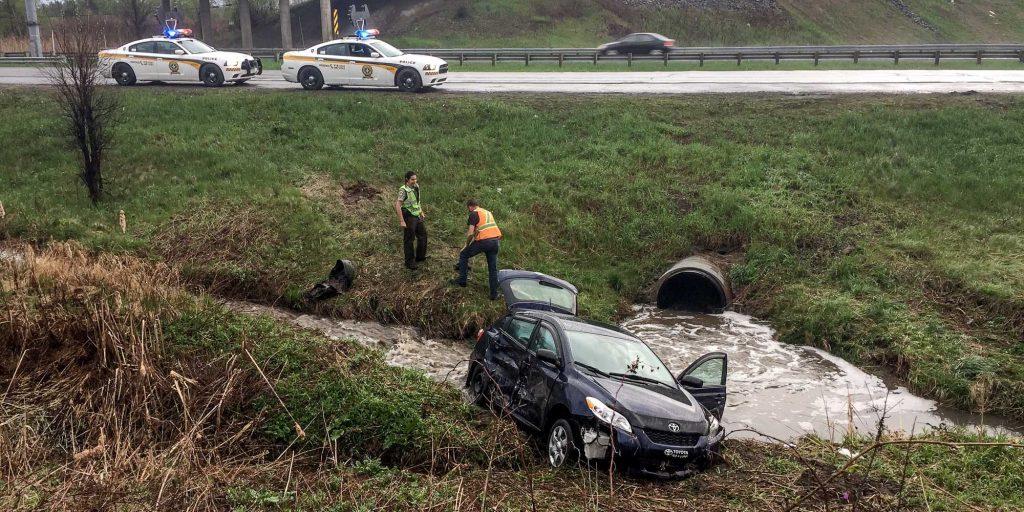 Une voiture compacte s'est arrêtée dans un petit ruisseau sur le bord de l'autoroute 15, près du km 45, à Saint-Jérôme, le 14 mai 2016. Photos par Alexandre Parent Léveillé