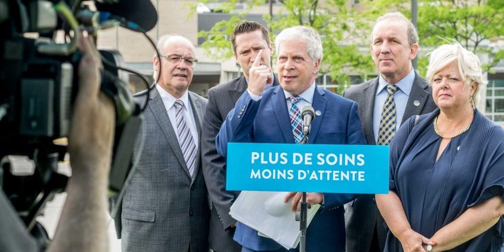 François Paradis et les députés des Laurentides de la Coalition avenir Québec étaient devant l'hôpital de Saint-Jérôme, le 6 juin 2016.