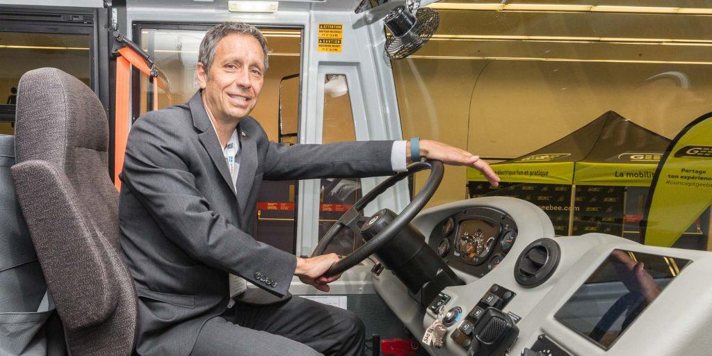 Le maire Stéphane Maher au volant d'un eLion qui sera utilisé pour la navette à Saint-Jérôme.