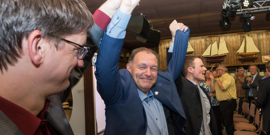 Marc Bourcier entouré du chef intérimaire du Parti québécois Sylvain Gaudreault et du président du PQ Saint-Jérôme, Jean-René Roy, lors de sa confirmation à titre de candidat du Parti québécois, le 20 juin 2016.