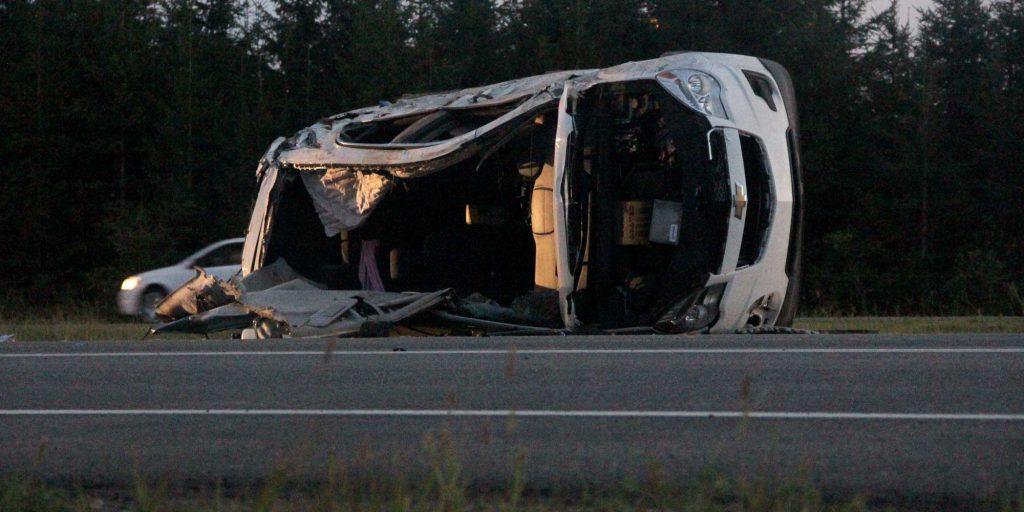 Le toit d'un des deux véhicules a été coupé par les pompiers pour sortir les occupants, sur l'autoroute 15, le 10 août 2016. Photos par Alexandre Parent-Léveillé