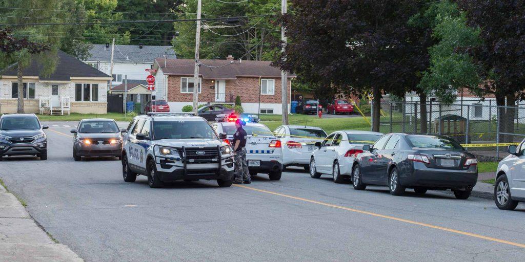 Des véhicules du Service de police de Saint-Jérôme contrôlaient l'accès au trottoir de la rue des Prés, le 17 août 2016.