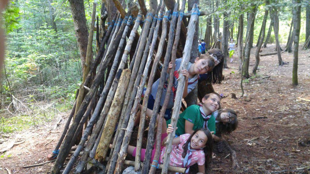Des cabanes construites par de nouveaux experts scouts.