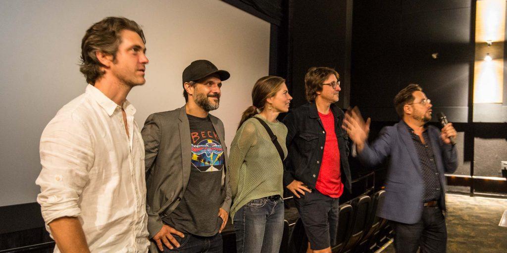 Devant l'écran du cinéma Carrefour du Nord, Maxim Gaudette, Marc Fournier, Noémie Godin-Vigneau, de la distribution de 9, le film, rencontraient le public en compagnie du réalisateur Éric Tessier et de l'auteur Stéphane E. Roy.