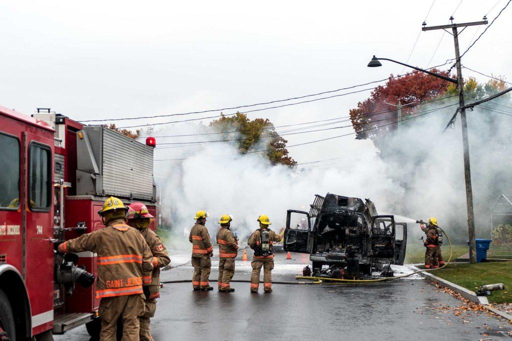 Un camion a pris feu sur la rue Pelletier, à Saint-Jérôme, l'après-midi du 20 octobre 2016.
