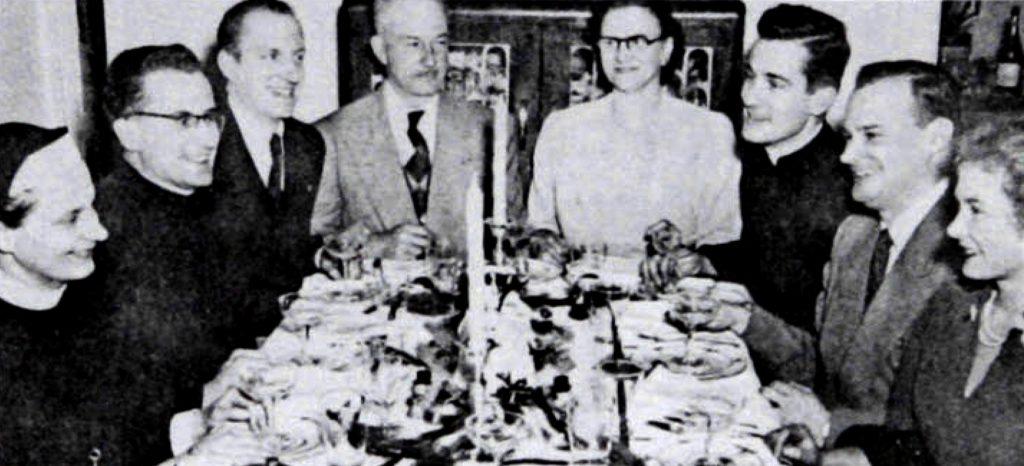 Jacques Grand'Maison, en haut à droite, accompagné de sa famille dans les années 1950, sur une photo de Gonzague Allaire, publiée dans le magazine VO, disponible sur le site de la Bibliothèque et Archives nationales du Québec.