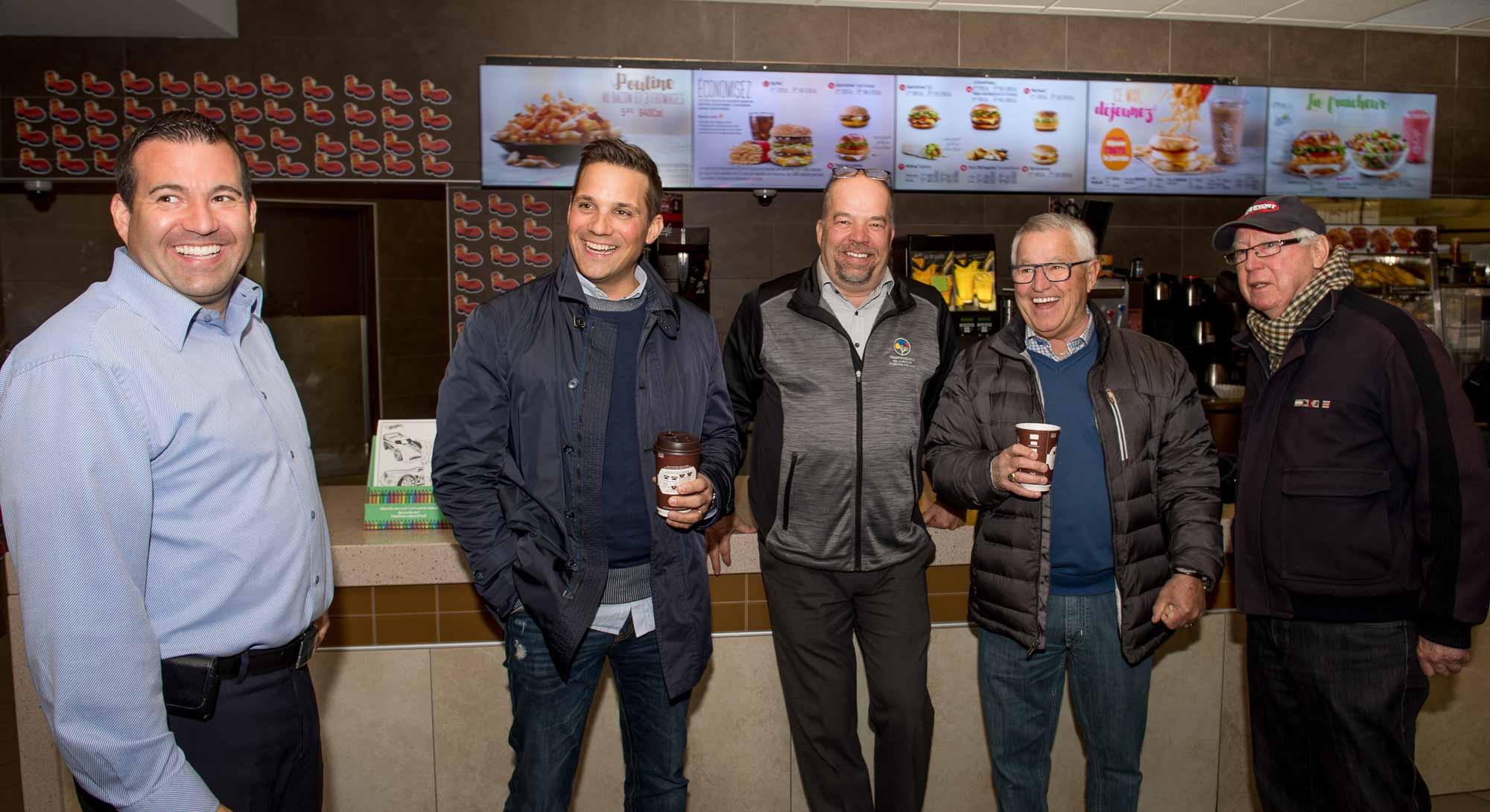 Éric Courville, superviseur des McDonald's du Nord, Louis Jean de TVA Sports, Martin Lavallée de l'Hôtel du Mont Gabriel et membre du conseil de la Fondation médicale, Michel Bergeron de TVA Sports et le maire de Prévost Germain Richer, au restaurant de la Porte du Nord.