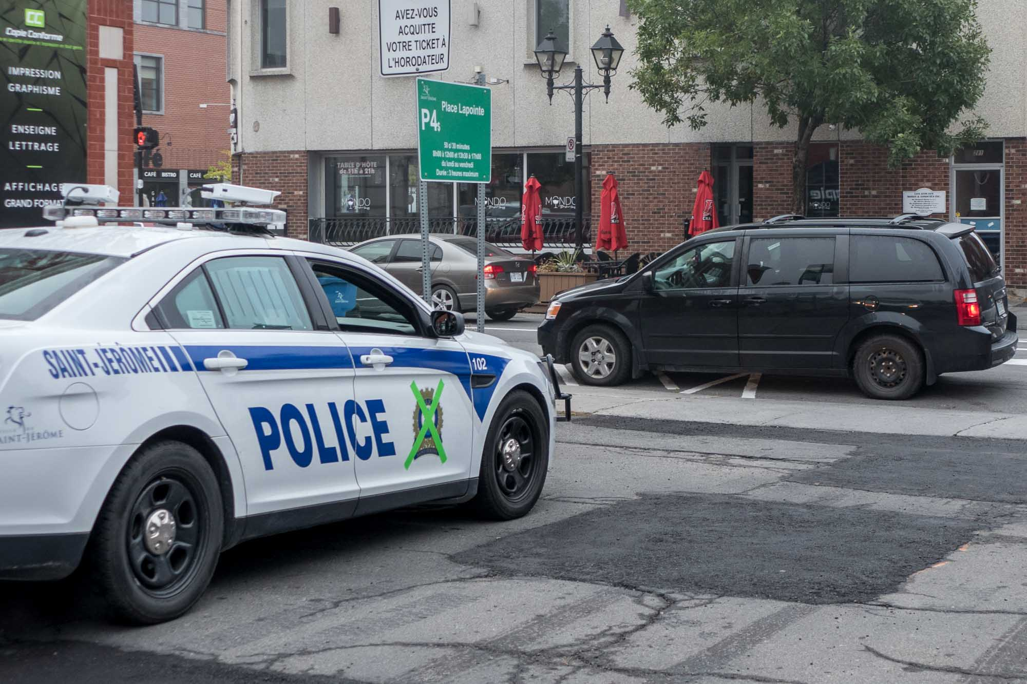 Une véhicule de patrouille marqué d'un X, à proximité de la rue Saint-Georges à Saint-Jérôme, le 5 octobre 2017.