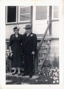 Willie et Alma Laroche devant leur chalet du lac des Quatorze-Îles.